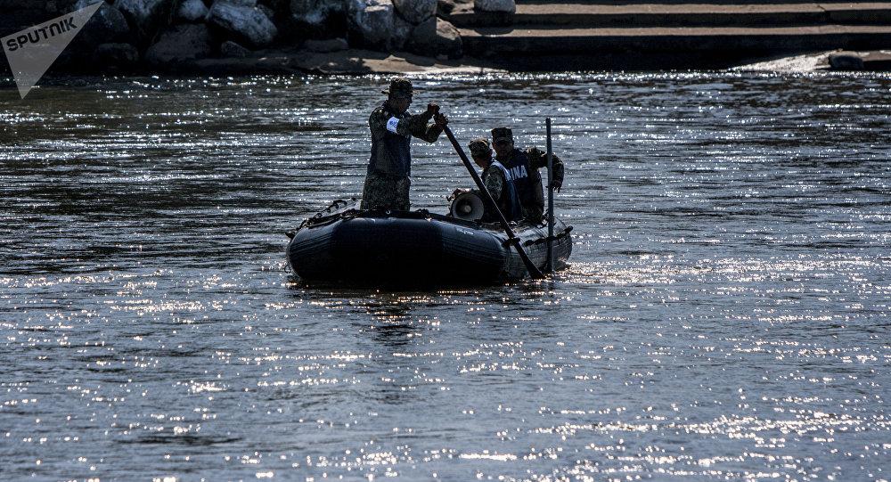 Elementos de la Marina mexicana patrullan el Río Suchiate vigilando la frontera sur de México