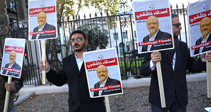 Unas personas con la foto del periodista saudí Jamal Khashoggi
