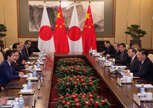 El primer ministro de Japón Shinzo Abe y el presidente de China Xi Jinping