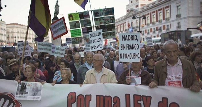 Madrid protesta contra la reinhumación de los restos de Franco