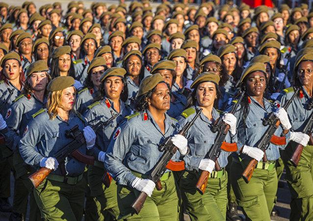 Soldadas cubanas durante un desfile militar en la isla