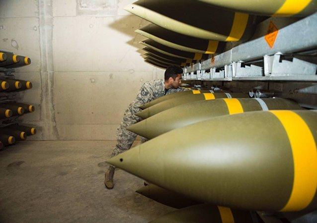 Un soldado del aire estadounidense revisa el cargamento de munición entregado en la base alemana de Ramstein