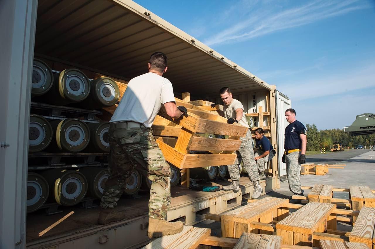 Unos soldados estadounidenses descargan la munición en la base militar de Ramstein (Alemania)