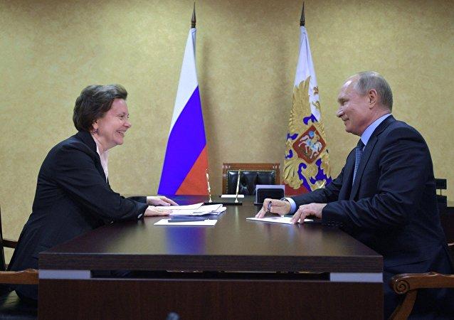 El presidente ruso, Vladímir Putin, y la gobernadora del distrito autónomo ruso de Janti-Mansi, Natalia Komarova
