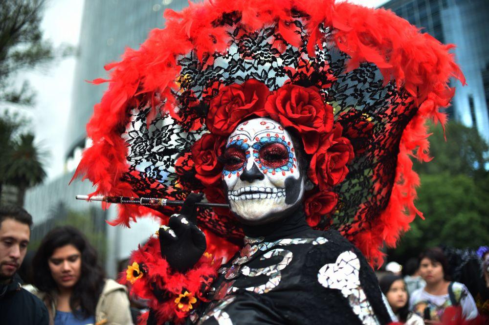 Participante del Desfile de Catrina en la celebración del Día de Muertos en México.