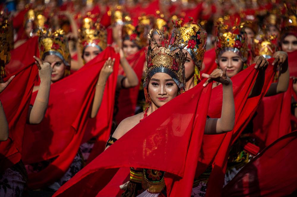 Unas jóvenes bailando la danza javanesa tradicional en la playa de Banyuwangi, Indonesia.