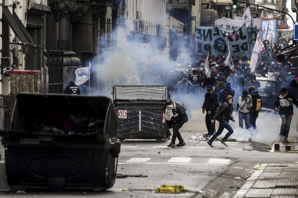 Manifestantes durante un enfrentamiento con la policía en una protesta en Buenos Aires.