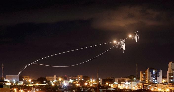 El sistema antimisiles israelí Cúpula de Hierro intercepta los misiles lanzados desde Gaza
