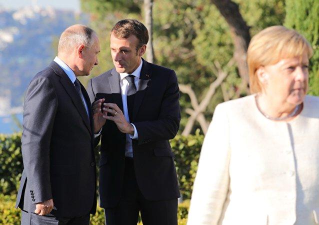 Los presidentes de Rusia y Francia, Vladímir Putin y Emmanuel Macron, y la canciller alemana, Angela Merkel