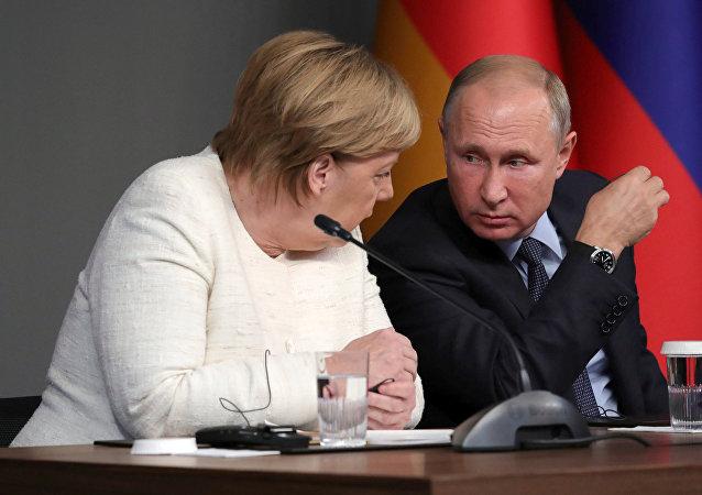El presidente ruso, Vladímir Putin, y la canciller alemana, Angela Merkel, durante la cumbre en Estambul del 27 de octubre
