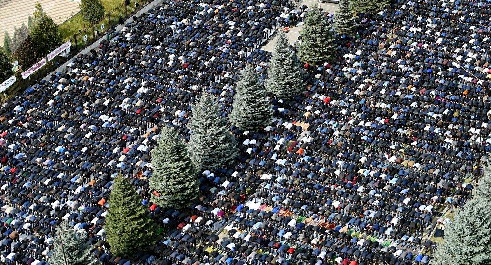 Ciudadanos de la república de Ingusetia rezan en Magas, la capital, en uno de los días de protesta