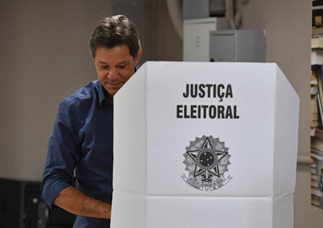 Fernando Haddad, candidato a la Presidencia de Brasil, vota