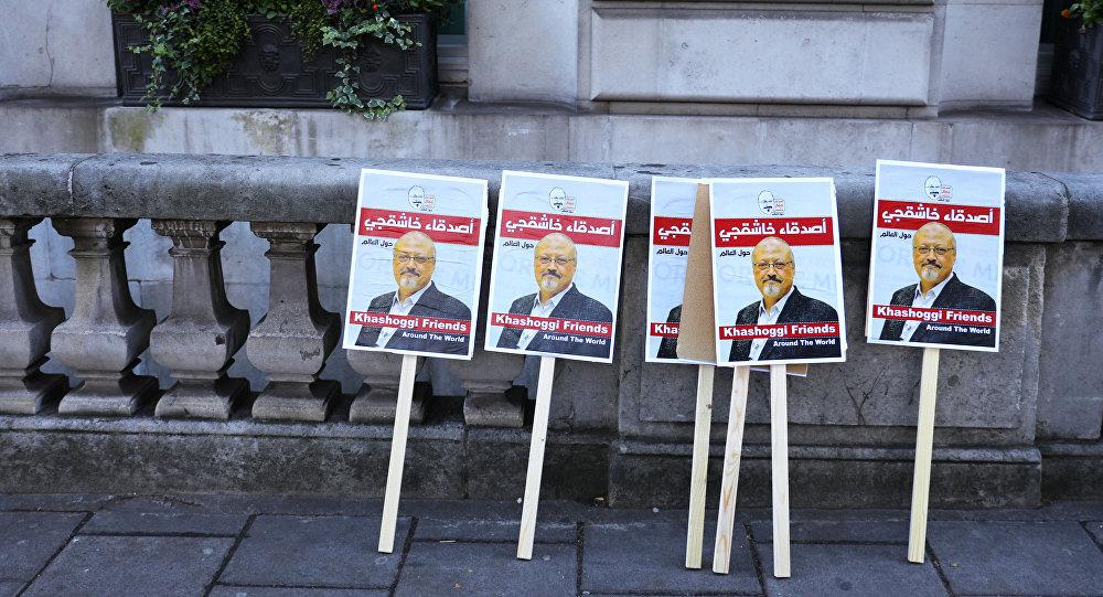 Carteles con las fotos del periodista asesinado Jamal Khashoggi