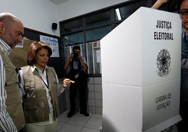 Laura Chinchilla, expresidente de Costa Rica, parte de la misión de la OEA en Brasil, durante una visita a un colegio electoral en Brasilia