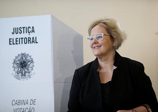 Rosa Weber, presidenta del Tribunal Superior Electoral (TSE) de Brasil ejerce el derecho a voto