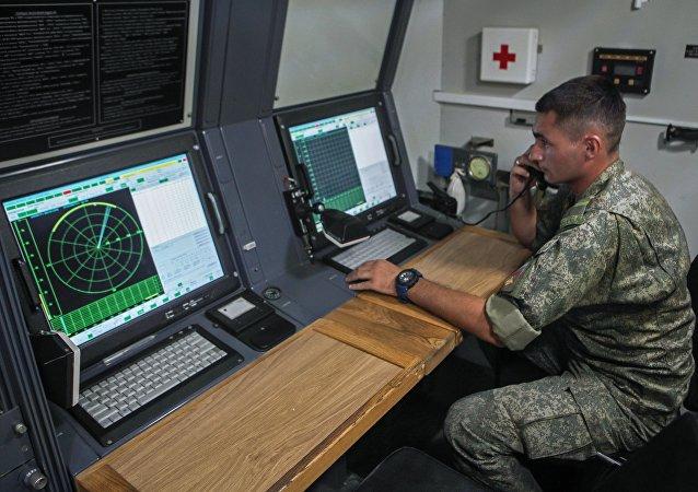 Un militar ruso en un automóvil de un complejo de lucha radioelectrónica