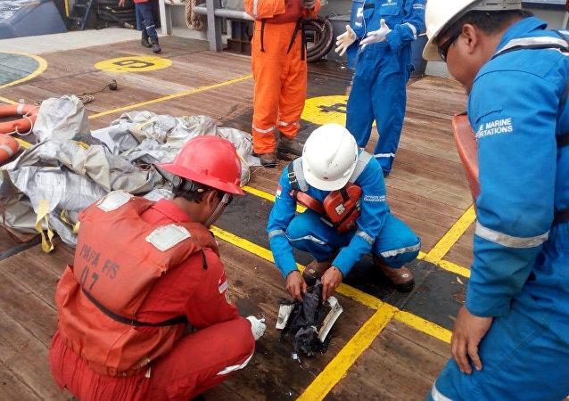 Examinación de detalles del avión siniestrado en Indonesia