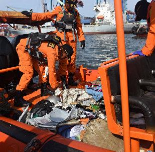 Los rescatistas recogen escombros del avión de Lion Air