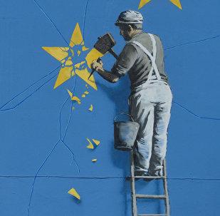 Graffiti de Banksy con la bandera rota de la UE (imagen referencial)
