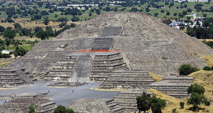 Vista de la Pirámide de la Luna en el sitio arqueológico de Teotihuacan