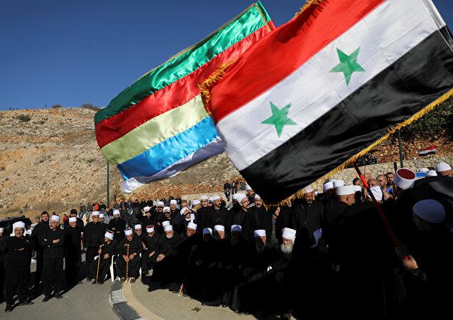 Los árabes drusos en los Altos del Golán ocupados por Israel celebran una protesta contra las elecciones frente a un centro de votación municipal en Majdal Shams