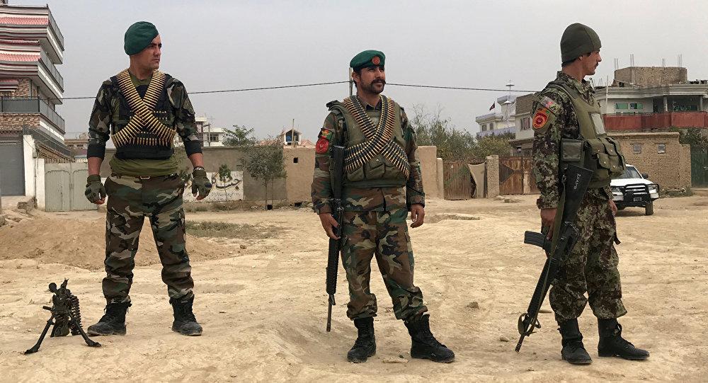 Militares afganos cerca del lugar de explosión