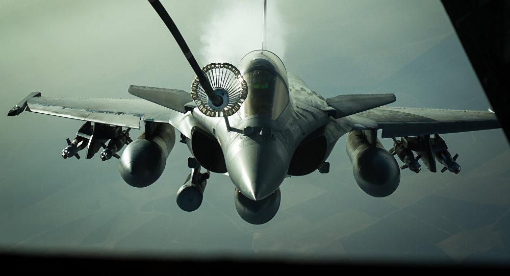 Un caza francés Rafale repostado por un avión cisterna estadounidense KC-10 sobre Irak en 2016 (archivo; 2016)