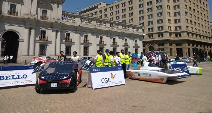 Los vehículos de la Carrera Solar Atacama frente al Palacio de la Moneda, en Santiago