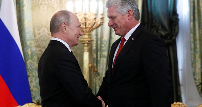 El presidente de Rusia, Vladímir Putin, y el presidente cubano, Miguel Díaz-Canel Bermúdez, en Moscú