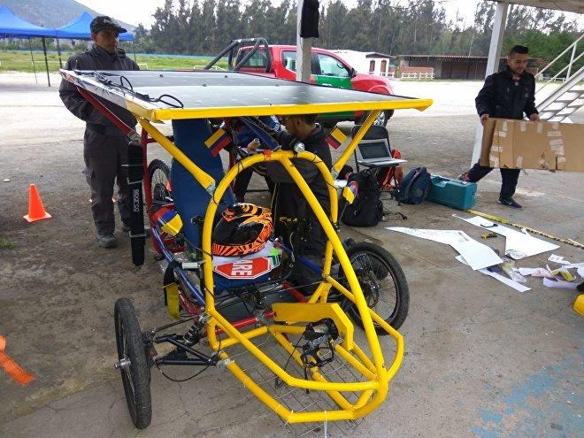 Participantes del equipo SENA Fénix EV preparan su vehículo en la Carrera Solar Atacama