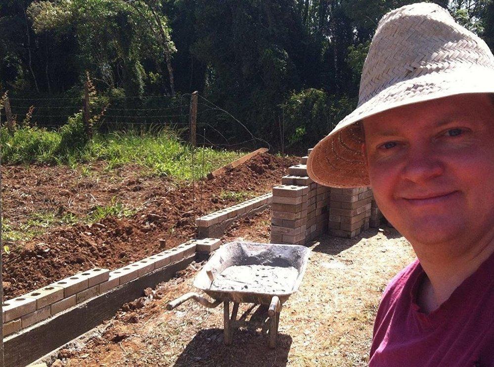 Evandro Balmant trabajando en la construcción de su casa