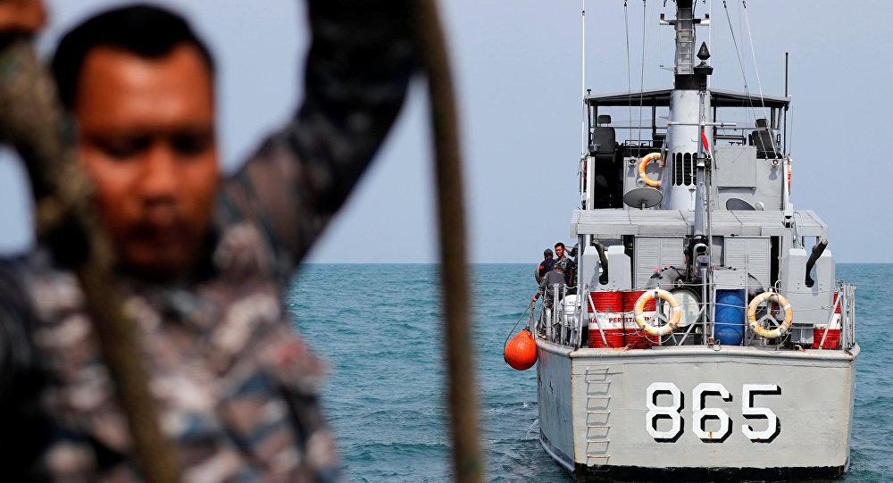 Los rescatistas en el lugar del siniestro del avión de Lion Air
