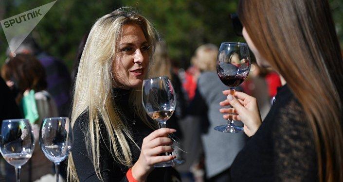 Participantes de un festival de vinos en Crimea