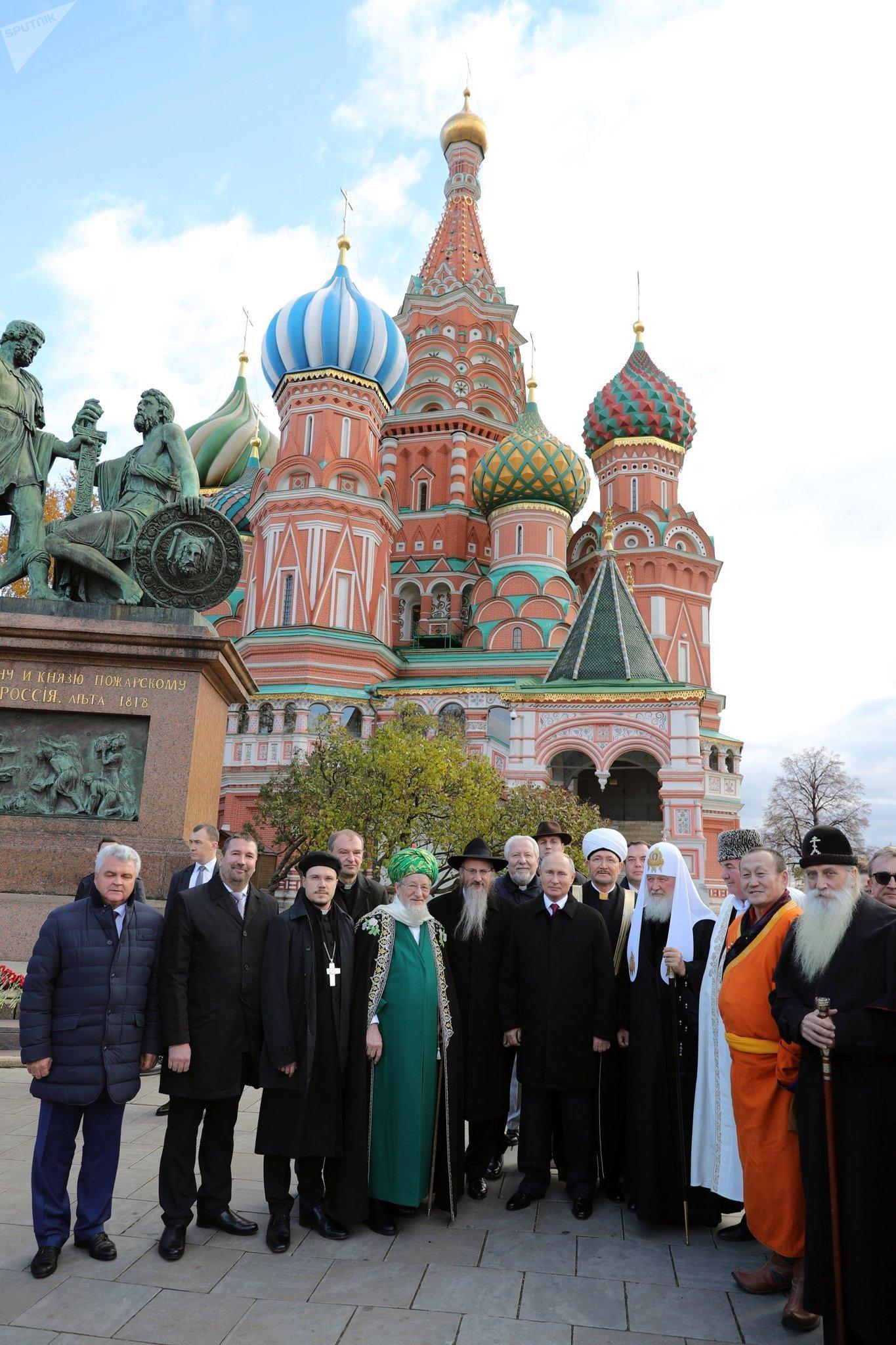La ceremonia de entrega de flores al monumento a Minin y Pozharski en la Plaza Roja de Moscú