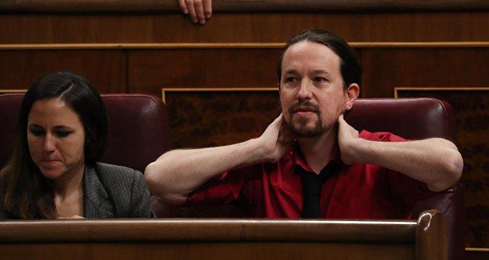 Diputada del partido Podemos, Irene Montero, y líder del partido, Pablo Iglesias, en el Parlamento español