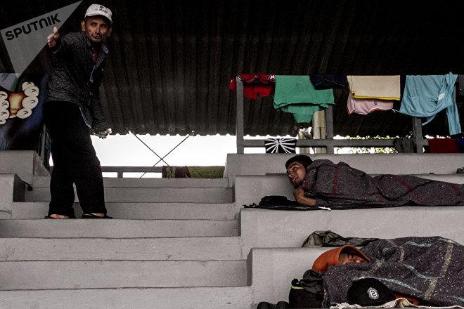 Primeros integrantes del éxodo centroamericano llegan a la Ciudad de México y descansan el 4 de noviembre en el estadio Jesús Martínez