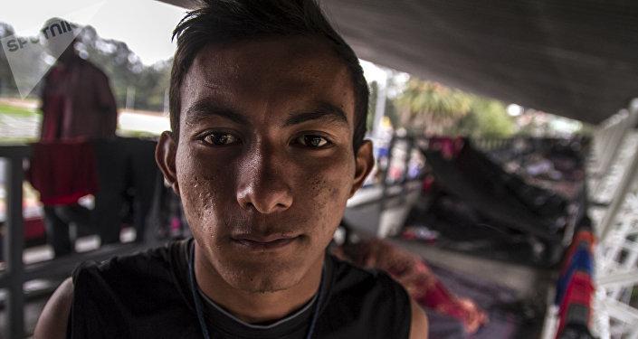 Ángel Mauricio Vázquez, originario de Honduras, uno de los primeros en llegar a la Ciudad de México posa para foto