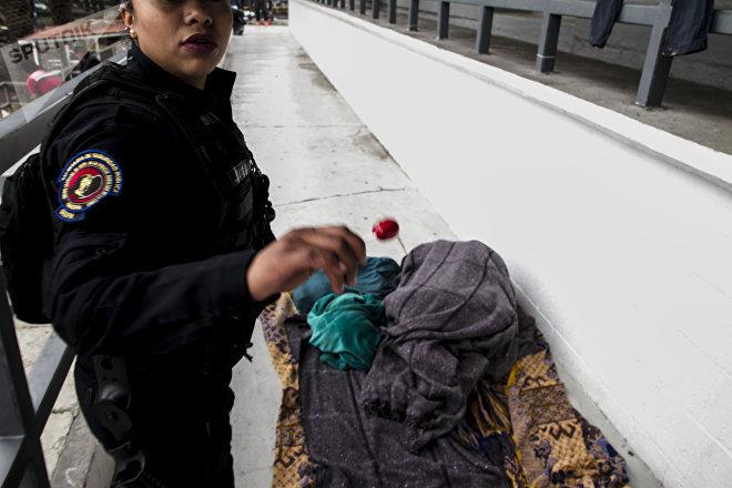 Oficial de la secretaría de Seguridad Pública en el estadio Jesús Martínez durante la estancia del éxodo centroamericano