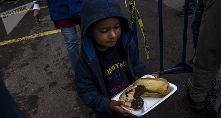 Niño del éxodo centroamericano sale con un desayuno brindado por el puente humanitario de la Ciudad de México