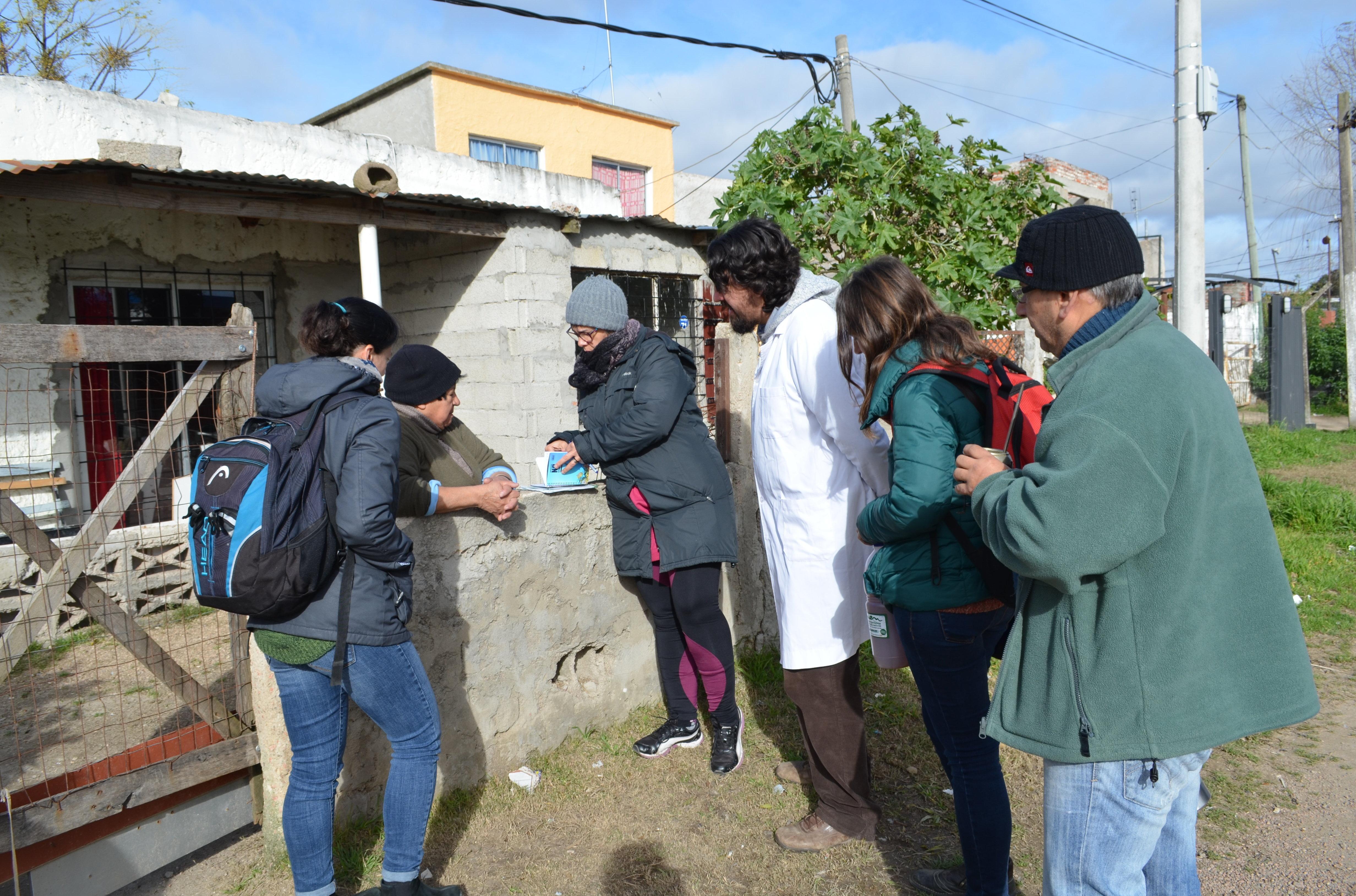 Integrantes del proyecto escolar uruguayo Entre bichitos, conversando con vecinos del barrio Casavalle