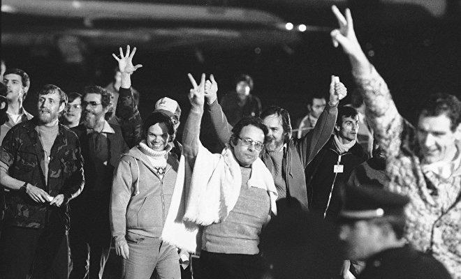 Diplomáticos estadounidenses llegan a Argelia después de ser liberados por el gobierno iraní, Argel, 21 de enero de 1981