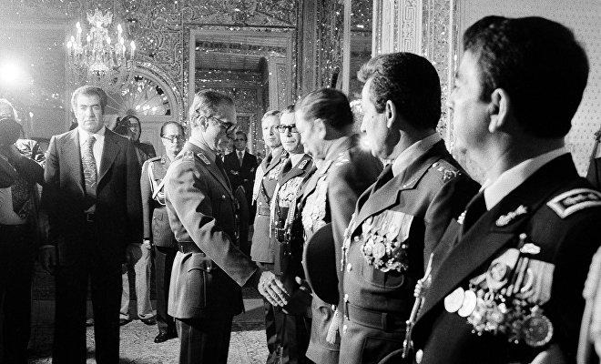 Durante el gobierno proestadounidense del sha Mohammad Reza Pahleví (centro) en Irán se liquidó el sistema parlamentario, al tiempo que la oposición y disidencia eran duramente reprimidas