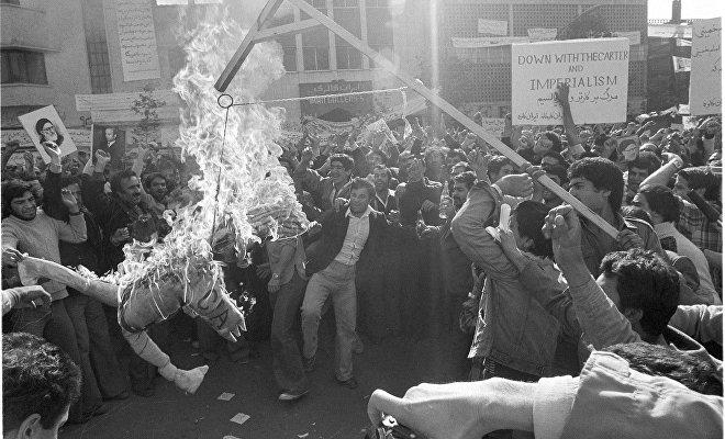Manifestantes frente la embajada de EEUU en Teherán queman el muñeco del Tío Sam, personificación de EEUU, al que culpan de apoyar el régimen del sha Mohammad Reza Pahleví, 13 de noviembre de 1979