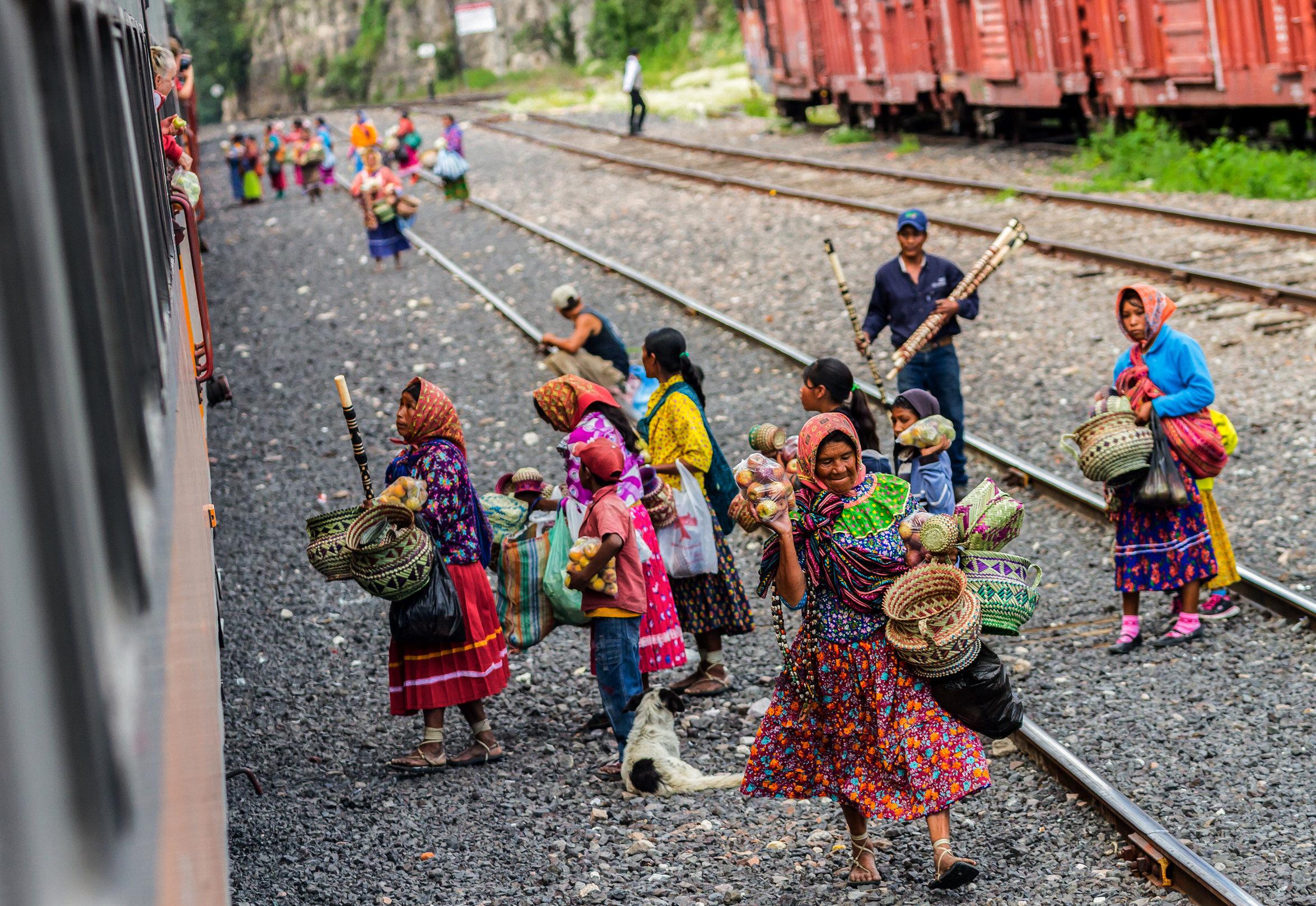 Los vecinos ofrecen productos a los pasajeros del tren Chepe