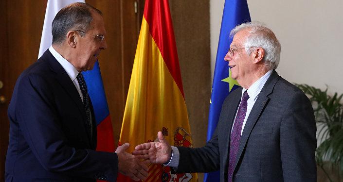El ministro ruso de Asuntos Exteriores, Serguéi Lavrov, con su homólogo español, Josep Borrell