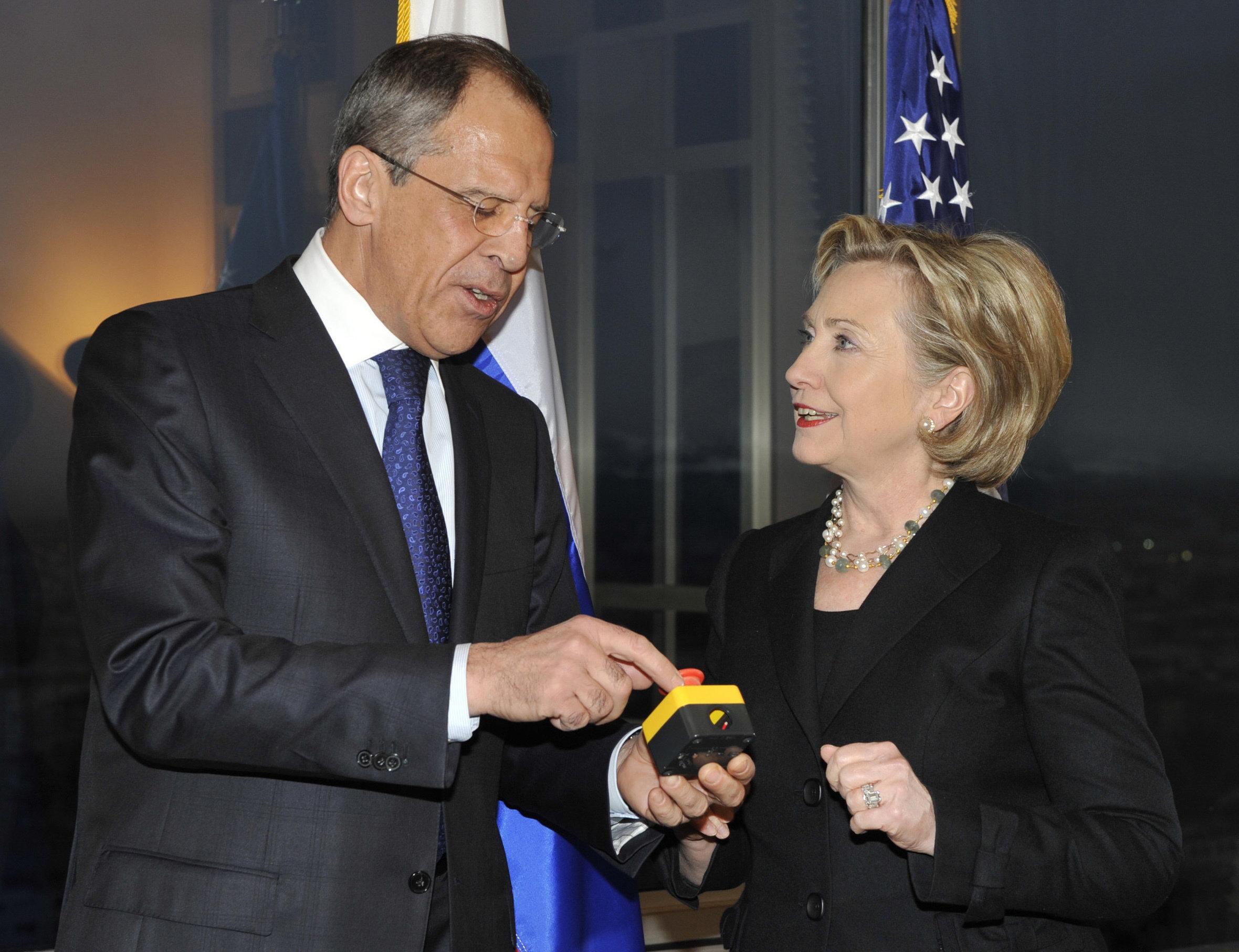 Serguéi Lavrov, ministro de Exteriores de Rusia, le indica a Hillary Clinton, secretaria de Estado de EEUU, el error en la traducción al ruso de la palabra 'Reinicio' el 6 de marzo del 2009 en Moscú (Rusia)