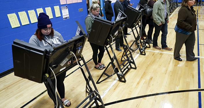 La gente vota durante las elecciones de medio término en Nueva York, EEUU