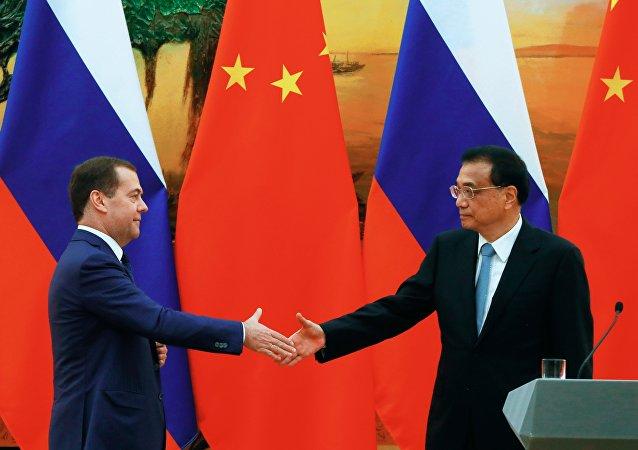 El primer ministro ruso, Dmitri Medvédev, con su homólogo chino, Li Keqiang