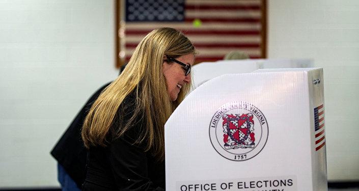 Una mujer vota en las elecciones de mitad de mandato en EEUU
