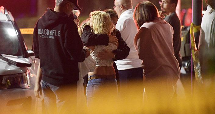 Las personas se consuelan mutuamente mientras permanecen cerca de la escena del tiroteo masivo en Thousand Oaks, California, el 8 de noviembre de 2018